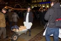 Mit einer Schubkarre und lauter Metal-Mucke über den Weihnachtsmarkt: Das gabs in Chemnitz noch nie!
